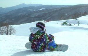 スノーボードで座っているところ