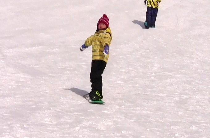 子どもにスノーボードを教えるパパ3