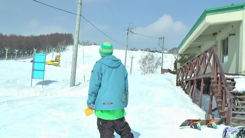 スキー場でカロリーメートを食べる