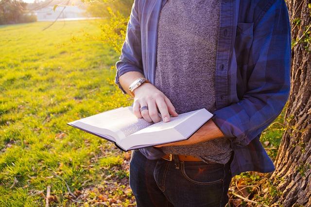 読書、男性、立って本を読んでいる