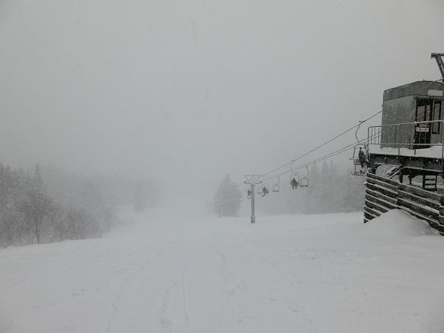 吹雪のスキー場