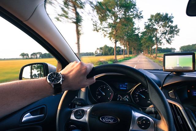 車の運転、フォード、ハンドルを握る男性
