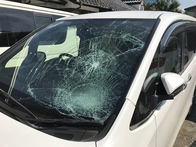 トヨタエスクァイア、フロントガラス大破