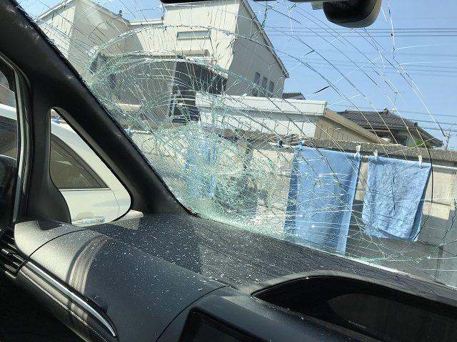 トヨタエスクァイア、フロントガラス大破、内側から