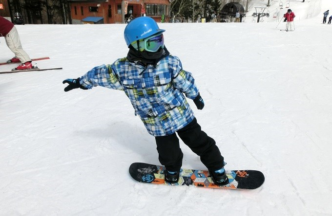 小学生のスノーボードのテールプレス
