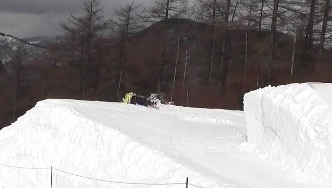 スノーボードキッカーへのアプローチスピード足りず(8)